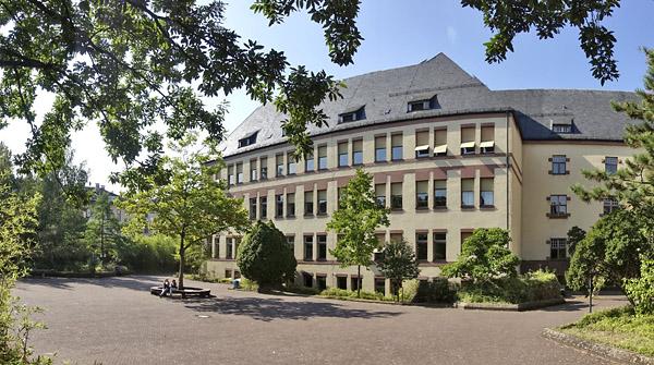 2016-09-23-unterer-schulhof_schule_gebaeude